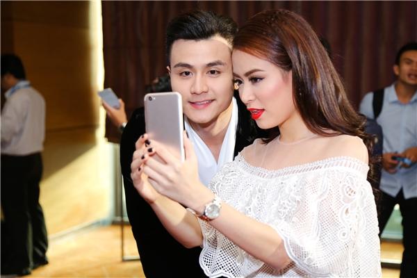 Cặp đôichụp ảnh selfie, lưu lại khoảnh khắc dễ thương, đáng yêu. - Tin sao Viet - Tin tuc sao Viet - Scandal sao Viet - Tin tuc cua Sao - Tin cua Sao