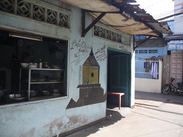 Phác họa chợ Bến Thành trên tường một quán cơm.