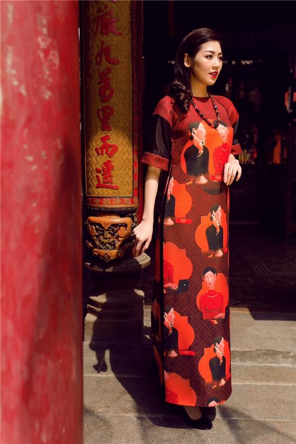 Với đường cắt hiện đại luôn là thế mạnh của Adrian Anh Tuấn kết hợp cùng những chất liệu cao cấp và tranh vẽ của Nguyễn Khắc Chinh đã tạo ra những chiếc áo dài cách tân hiện đại nhưng vẫn giữ được nét truyền thống.