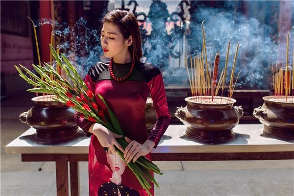 Vào Xuân, Tú Anh tươi tắn đi lễ chùa với áo dài của Adrian Anh Tuấn