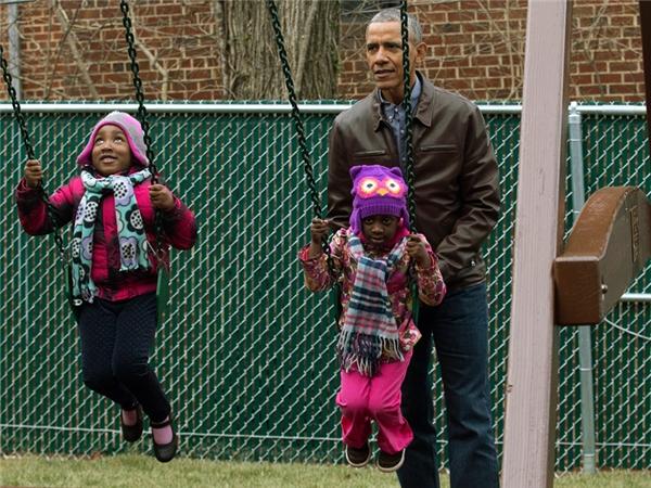 Obama quyết định tặng bộ đồ chơi này lại cho những trẻ em có hoàn cảnh khó khăn.
