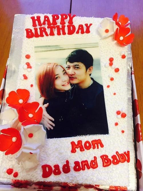 """Ngoài ra, trong ngày sinh nhật của Hải Băng, hình ảnh chiếc bánh sinh nhật có chữ """"Happy Birthday Mom, Dad and Baby"""" khiến cho tin đồn nữ ca sĩ mang thai càng có cơ sở. - Tin sao Viet - Tin tuc sao Viet - Scandal sao Viet - Tin tuc cua Sao - Tin cua Sao"""