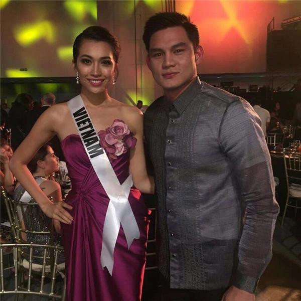 Hôm qua, Lệ Hằng và các thí sinh đã có buổi tiệc đêm trình diễn sân khấu và giới thiệu tên, quốc gia. Lệ Hằng chọn diện bộ váy màu tím ngọt ngào với đường xẻ tà sâu hút của nhà thiết kế Anh Thư. Sau đêm tiệc, các thí sinh phải di chuyển đến đảo Cebu để tham gia chụp ảnh chính thức với bikini.