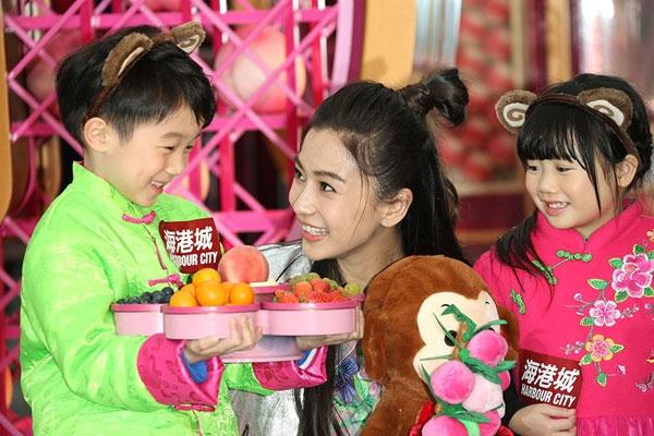 """Được biết đến là rất yêu trẻ nhỏ, hai vợ chồng Huỳnh Hiểu Minh và Angela Baby chắc hẳn sẽ là """"cha mẹ điển hình"""" của năm."""