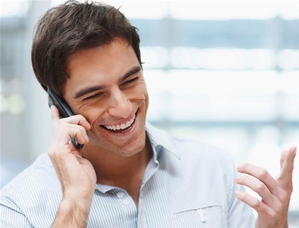 Nếu cho rằng, những cuộc gọi hỏi thăm của bố mẹ là đang dò xét, là sự phiền toái ảnh hưởng đến công việc hiện tại của bản thân, thì có lẽ bạn đang nghĩ lạc hướng rồi. Bố mẹ gọi đơn giả chỉ vì họ quan tâm và luôn lo lắng cho bạn. Vậy nên đừng bao giờ trả lời điện thoại một cách khó chịu, hằn họcmà hãy dành những lời nói thật nhẹ nhàng và lễ phép, và thậm chí là nên dành những lời hỏi thăm tương tự với bố mẹ, những người đã sinh ra mình.(Ảnh minh họa)