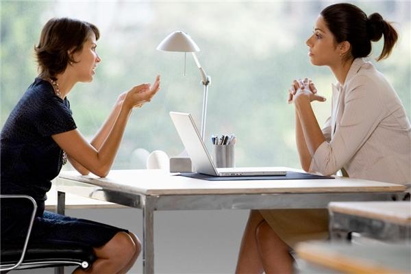 Hãy thử đặt mình là một người đang thật lòng tâm sự chia sẻ nhưng người đối diện lại thờ ơ, mơ màng không mấy để ý, bạn sẽ hiểu cảm giác của họ khi chính bạn cũng từng là người như thế. Vậy nên, nếu không muốn các mối quan hệ ngày càng xa cách, hãy tập cách lắng nghe khi đang nói chuyện với một ai đó.(Ảnh minh họa)