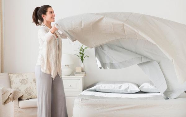 Mỗi sớm mai thức giấc, có thể nhiều người xem việc gấp chăn gối là điều vặt vãnh. Thích thì làm, lười thì để đó mà muộn giờ lại càng làm sau. Tuy nhiên, nếu duy trì thói quen gấp gọn gàng chăn gối trước khi rời khỏi giường, bạn sẽ không chỉ thấy phòng ngủ thoáng đãng mà thậm chí còn rèn luyện tính cẩn thận và ngăn nắp trong công việc.(Ảnh minh họa)