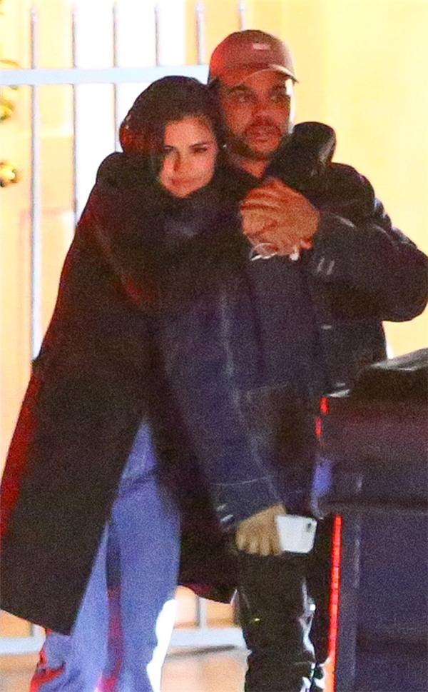 Justin Biebercho rằng Selena Gomezchỉ đang lợi dụng The Weeknd mà thôi.