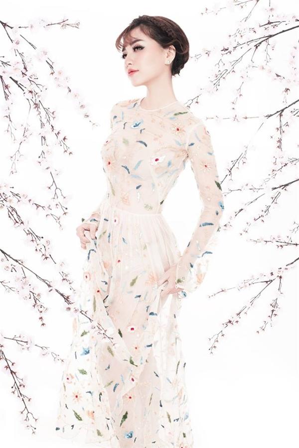 Trong loạt ảnh chào đón năm mới 2017, Bích Phương diện những trang phục xuyên thấu mỏng manh, nhẹ nhàng kết hợp loạt chi tiết đính kết kì công. Nữ ca sĩ như mang cả mùa xuân lên váy áo với hoa, lá, chim chóc vui tươi đặc trưng của ngày đầu năm.