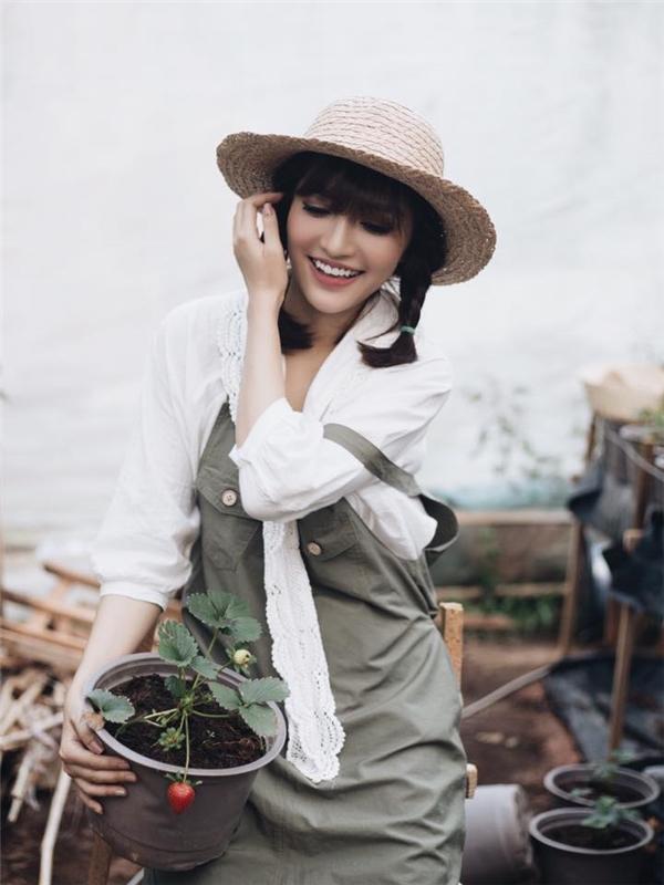 Phong cách cổ điển ngọt ngào, thanh lịch vô cùng phù hợp với sắc vóc thanh mảnh của Bùi Bích Phương.