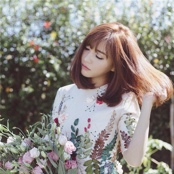 Thiết kế cuốn hút với họa tiết thêu ruy băng đầy màu sắc của nữ ca sĩ sẽ là món đồ không thể vắng mặt trong tủ đồcác cô gái trong mùa Xuân này.