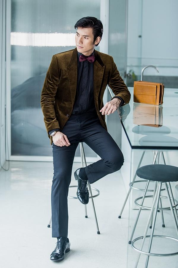 Chất liệu nhung hợp mốt dù mềm mại, nhẹ nhàng nhưng vẫn rất đỗi nam tính với tông màu rêu úa trầm mặc. Nam diễn viên kết hợp suit đơn giản cùng sơ mi, quần âu với sắc xanh đen quen thuộc. Một chiếc nơ nhung màu tím thẫm trở thành điểm nhấn thú vị của tổng thể.
