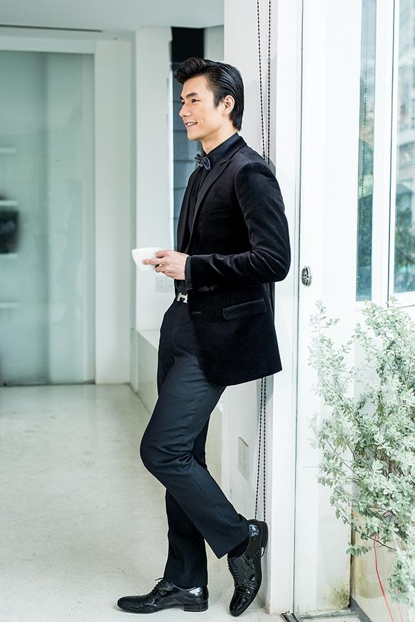 Diện cả cây màu đen, Nhan Phúc Vinh cũng trở nên nổi bật với chất liệu nhung của chiếc áo vest bên ngoài.