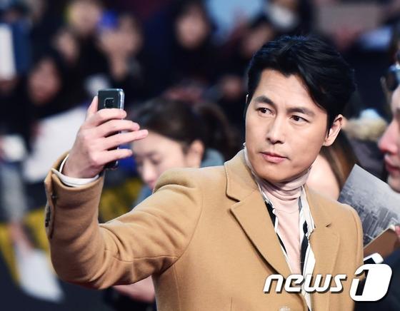 Không kém cạnh cậu em, Jung Woo Sung vẫn lịch lãm và ra dáng quý ông như mọi khi. Sự kết hợp của hai nam tài tử hàng đầu chính là điểm sáng giúp The King nắm chắc phần thắng.