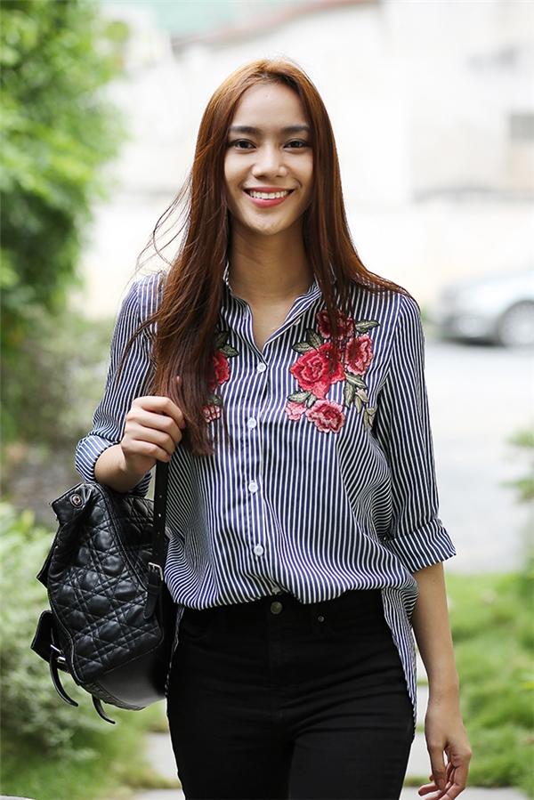 Đến nơi diễn ra buổi tập nhạc, Trương Kiều Diễm diện trang phục năng động với quần jeans rách phối cùng áo sơ mi. Cô được truyền thông khen ngợi là sở hữu ngoại hình như Hồ Ngọc Hà còn giọng hát và phong cách lại rất giống Mỹ Tâm.