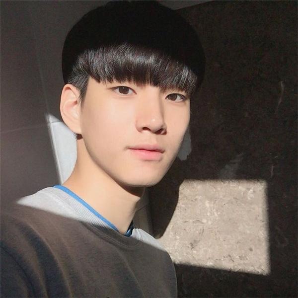 """Im Sungjin có gương mặt """"chuẩn Hàn"""" với đôi mắt một mí cuốn hút, và đặc biệt nhất là trong nhiều góc hình."""