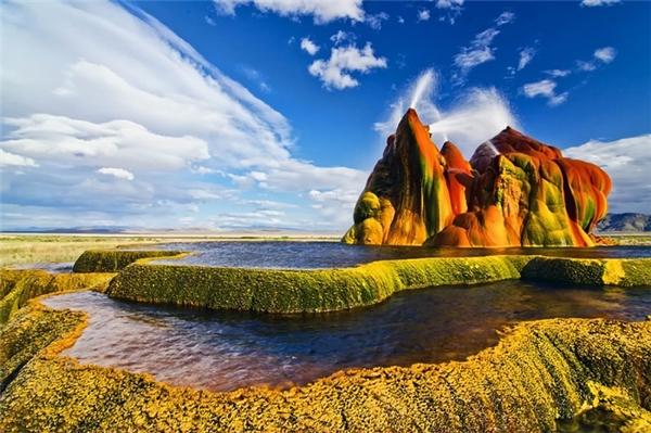 Mạch nước phun Fly Geyser, Mỹ là một phần của hồ nước mặn Laontan đã bị khô cạn, tồn tại cách đây 7.000 năm trước Công nguyên. Những mạch nước phun này gây chú ý bởi màu sắc đẹp lạ được tạo ra từ các khoáng chất, tảo biển và cyanobacteriae (vi khuẩn có màu xanh lá cây và xanh da trời).