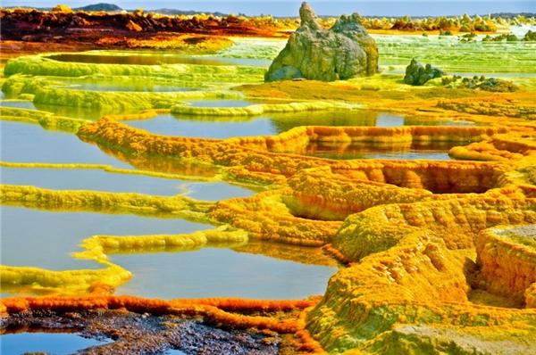 Miệng núi lửa Dallol nằm trong sa mạc Danokil, ở phía đông bắc Ethiopia.Dallol được xem là khu vực hiếm người viếng thăm và có địa hình kì lạ nhất trên thế giới.. Màu sắc tươi sáng và rực rỡ xuất hiện xung quanh khu vực miệng núi lửa là do có sự kết hợp của những con suối nước nóng, núi lưu huỳnh, hồ axit, hồ oxit sắt, lớp muối ẩn bên dưới sa mạc Danakil cùng với một số khoáng chất khác.