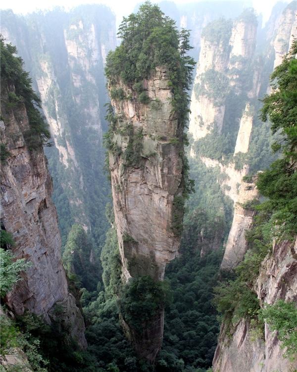 Núi Tianzi nằm ở thành phố Trương Gia Giới, tỉnh Hồ Nam, Trung Quốc. Nơi đây có phong cảnh như một bức tranh tuyệt đẹp do thiên nhiên ban tặng, với hàng nghìn ngọn núi cao chót vót xếp cạnh nhau.