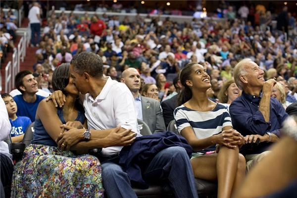 """Ông Obama hôn vợ trong thử thách """"Kiss Cam"""" khi đang xem đội tuyển bóng rổ Olympic Mỹ đấu với Brazil tại Washington, năm 2012."""