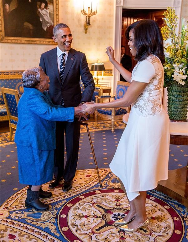 Tổng thống Barack Obama ngắm nhìn đệ nhất phu nhân Michelle Obama nhảy cùng cụ McLaurin, 106 tuổi trước lễ Kỉniệm Lịch sử người Mỹ gốc Phi.