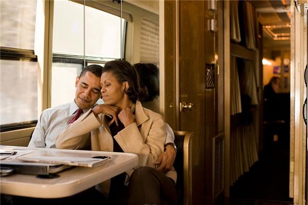 Sau đêm cuối chiến dịch tranh cử vào năm 2008, Obama và bà Michelle đi trên xe buýt ở New Hampshire.