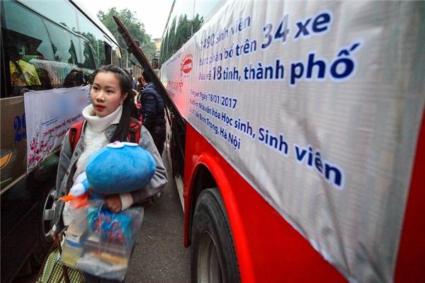 Sinh viên Hà Nội háo hức với chuyến xe miễn phí về quê ăn Tết