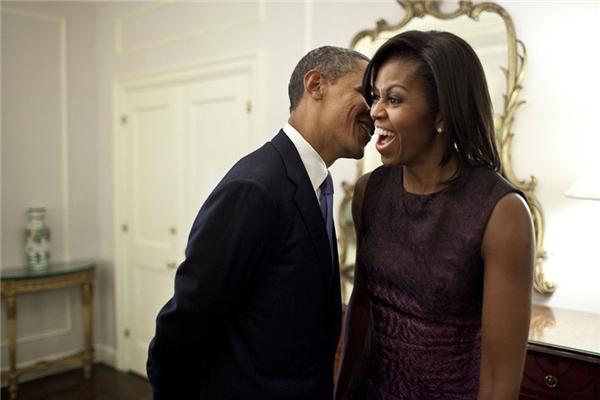 Obama thì thầm vào tai vợ trongsự kiện họp mặt Liên Hợp Quốc năm 2011.