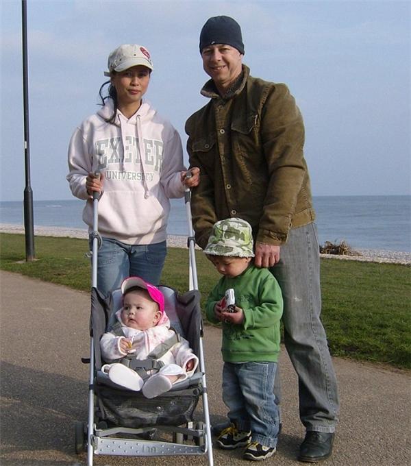 Xia (trong xe đẩy) chụp cùng anh trai Liam và bố mẹ.