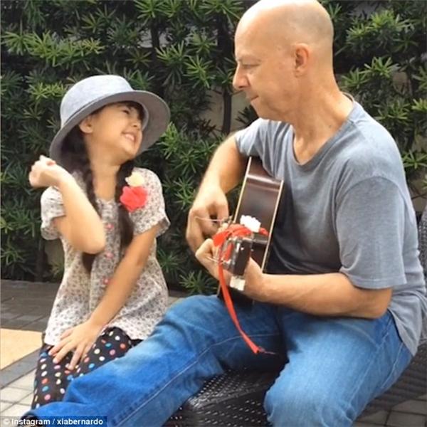 Bố của Xia chơi ghita khá giỏi và thường đăng clip đệm đàn cho con gái hát.