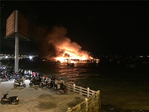 Ngọn lửa rực cháy cả một vùng trời. (Ảnh: FB)