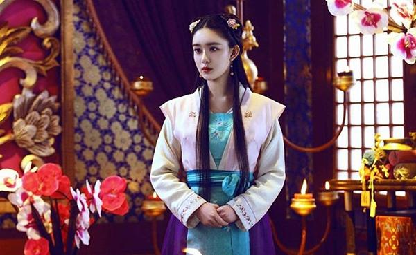 Nàng a hoàn Thạch Nghiễnsở hữu khuôn mặt thanh tú, mắt to tròn, sống mũi cao thanh túđược bình chọn là mĩ nhân cổ trang mới của xứ Trung.