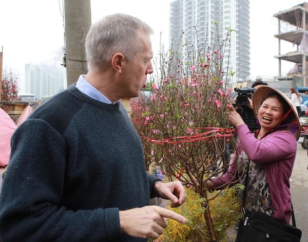 Sau đó, ông quay lại Hà Nội và cùng gia đình sang Lào thăm gia đình người bạn thân là bàRena Bitter - cựu Tổng lãnh sự Mỹ tại TP.HCM,hiện là đại sứ Mỹ tại Lào.
