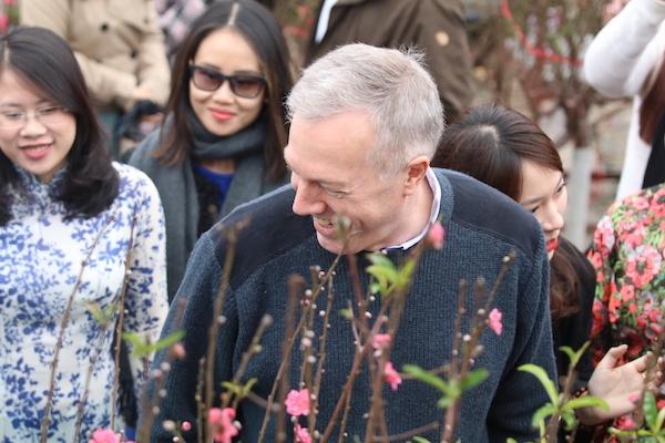 Đại sứ Mỹ thả cá chép ông Công ông Táo sớm, đi chợ hoa ngày Tết