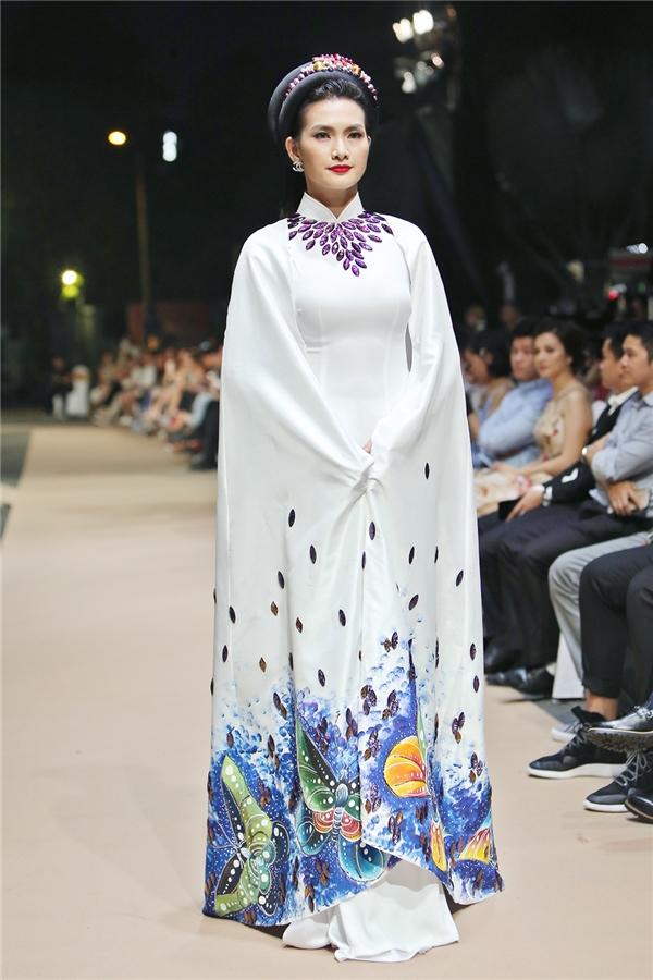 Ở phần đầu, nữ người mẫu đảm nhận vai trò vedette cho bộ sưu tập áo dài Since 1980 của NTK Minh Châu. - Tin sao Viet - Tin tuc sao Viet - Scandal sao Viet - Tin tuc cua Sao - Tin cua Sao