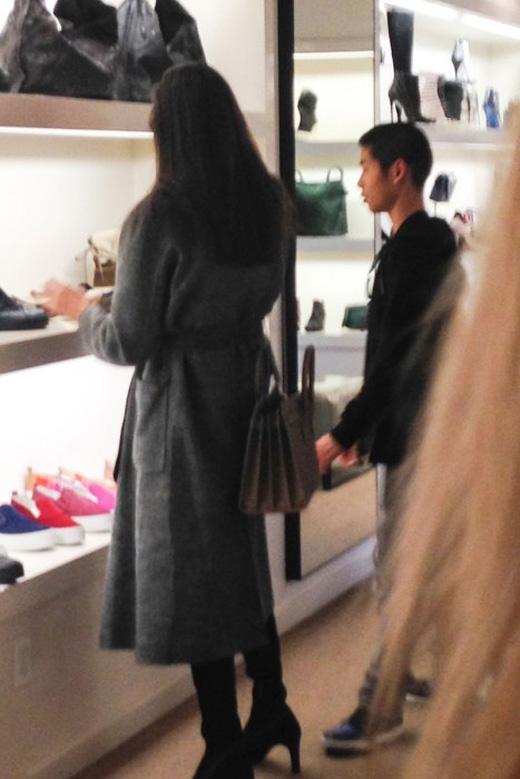 Angelina Jolie xuất hiện cùng con trai Pax Thiêntại một cửa hàng thời trang.