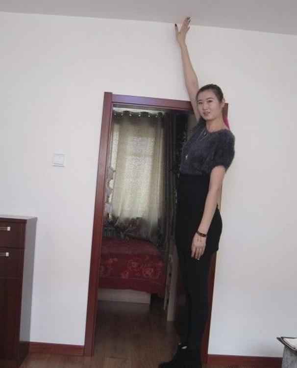 Để chào đón con dâu mẹ của Vương Kim Bảođã cho người phá cửa ra làm lại cao hơn.