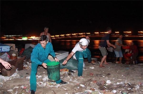 Mọi người mang nước dưới biển lên dập đám cháy. (Ảnh: Internet)