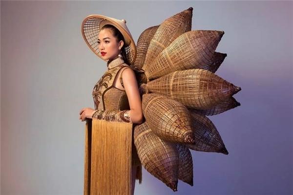 Thiết kế có tên gọi Nàng mây lấy sắc vàng nâu ấm áp làm chủ đạo. Bộ cánh làm gợi nhớ đến những làng nghề thủ công truyền thống, mang đậm văn hóa bản sắc dân tộcViệt Nam.
