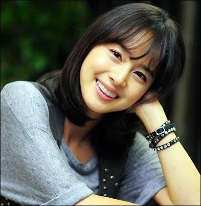 Lúc để mặt mộc, Kim Tae Hee vẫn luôn tươi tắn, rạng rỡ.