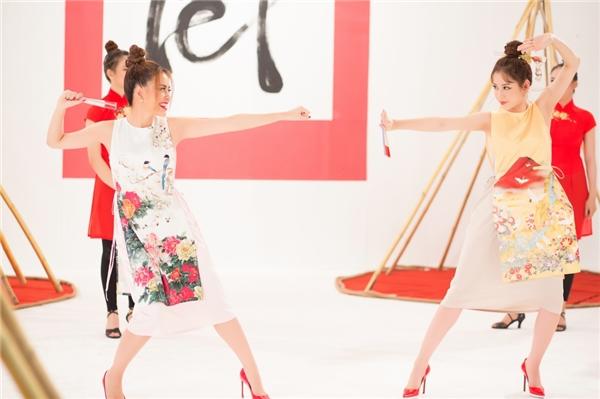 Hai mỹ nhân của làng giải trí Việt diện áo dài cách điệu với màu sắc, họa tiết tươi vui, bắt mắt. Đây cũng sẽ là những gợi ý dành cho phái đẹp trong mùa Xuân năm nay. - Tin sao Viet - Tin tuc sao Viet - Scandal sao Viet - Tin tuc cua Sao - Tin cua Sao