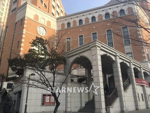Lý do cặp đôi chọn địa điểm tại nhà thờ này là gì vị trí năm ở khu vực trung tâm, có bãi đỗ xe rộng, dễ kiểm soát an ninh. Đây cũng là nhà hanok truyền thống xuất sắc ở Seoul