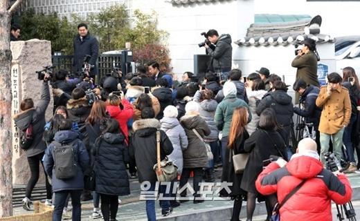 Các nhà báo, phóng viên Hàn Quốc đã kịp đến địa điểm này. Được biết trước đó, đại diện của các tờ báo lớn đã phải đến chầu chực ở tất cả các nhà thờ Kim Tae Hee từng đến để tìm được địa điểm chính xác