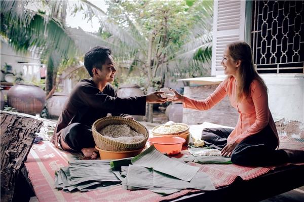 Khánh Thi - Phan Hiển giản dị cùng nhau gói bánh đón Tết - Tin sao Viet - Tin tuc sao Viet - Scandal sao Viet - Tin tuc cua Sao - Tin cua Sao