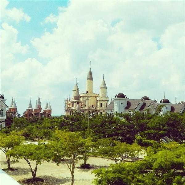 """Cây xanh rợp bóng, khiến nơi đây được ví như lâu đài của """"công chúa ngủ trong rừng"""". (Ảnh: Hạo Nam👦Instagram)"""
