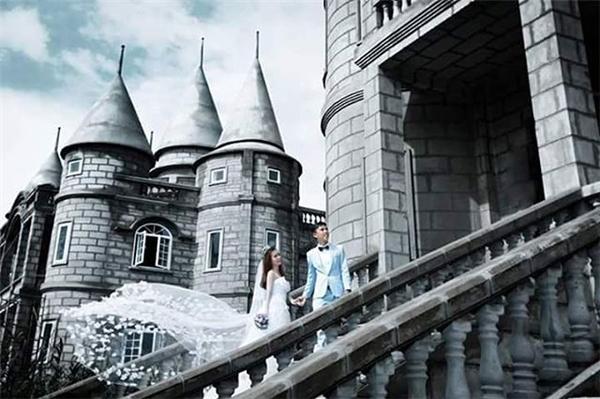 Vẻ đẹp nguy nga cổ kính khiến nơi đây trở thành địa điểm chụp ảnh cưới lí tưởng của không ít cặp đôi. (Ảnh:Phương Tùng XoXo,Instagram)