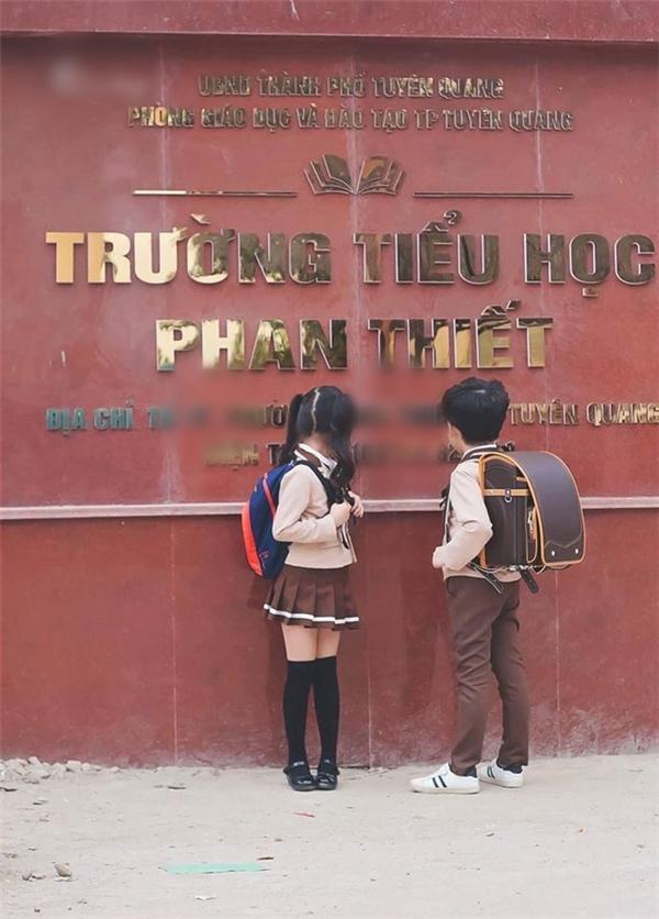 """Bộ đồng phục """"đôi"""" thiết kế theo phong cách Hàn Quốc khiến cư dân mạng không khỏi """"tan chảy"""" vì đáng yêu hết sức."""