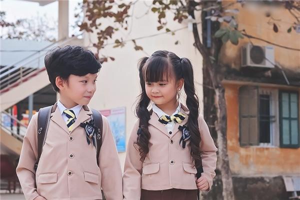 """Hình ảnh lan truyền trên mạng xuất phát từ bộ ảnh chụp chào mừng năm mới của """"cặp đôi nhí"""" tại trường tiểu học địa phương."""