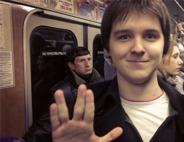 Vô tình chạm tránSpock (một nhân vật trong Star Trek)