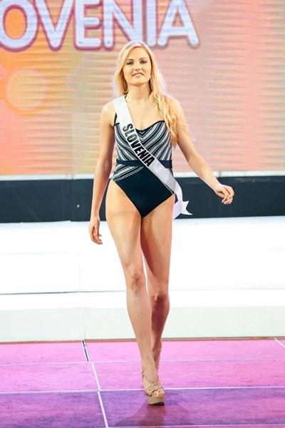 Hoa hậu Slovenia có số đo 3 vòng không cân đối. Cơ thể cô trông như không có đường cong.